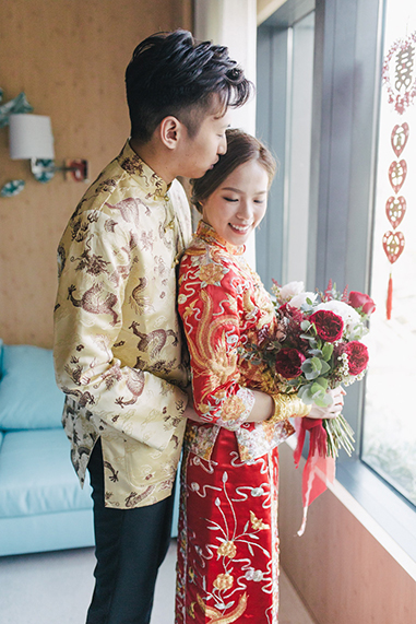 couple posing during chinese wedding